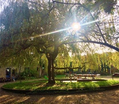 Le lieu de formation : cour intérieure de la ferme de Vevy-Wéron